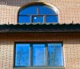 Коричневое пластиковое окно аркой