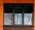 Коричневое ПВХ окно